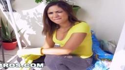 La femme de ménage latina Mariah nettoye pas seulement l'appartement - Vidéo porno hd - #09