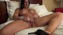 Elisa Ann Costa est une femme bodybuildeuse qui a trop envie de se titiller le clitoris - Vidéo porno hd