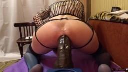 Un travesti se détruit l'anus avec un énorme gode noir - Vidéo porno hd