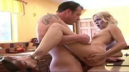 La femme cougar américaine Payton Leigh se fait baiser dans la cuisine - Vidéo porno hd