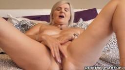 La mature canadienne Velvet Skye prend plaisir à se doigter en solo - Vidéo porno hd