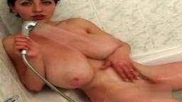 Les seins énormes naturels de l'ukrainienne Busty Merilyn filmée dans sa salle de bain - Vidéo porno hd