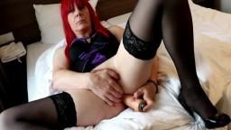 Un travesti en lingerie éjacule et boit son sperme - Vidéo porno hd