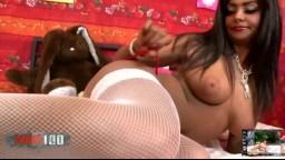 Le magnifique striptease de la beurette française poilue Ivannah - Vidéo porno hd