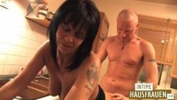 Cette femme mature allemande se fait baiser dans la cuisine - Vidéo porno hd