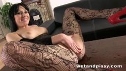 La brunette italienne Luna Ora urine au travers de son collant et se masturbe - Vidéo porno hd - #09