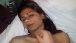 Un mec baise une jeune fille gitane de Bucarest - Vidéo porno hd