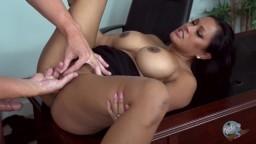 La secrétaire cambodgienne Maxine X est baisée au bureau par son patron - Vidéo porno hd
