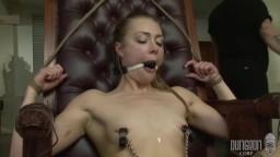 La petite blonde Sadie Blair commence une initiation au bdsm - Vidéo porno hd