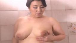 Masturbation dans la douche pour une grosse femme mature japonaise - Vidéo porno hd