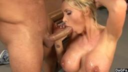 L'infirmière canadienne Nikki Benz a sorti ses gros nichons pour soulager son patient - Vidéo porno hd - #09