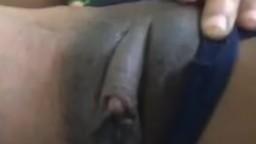 Une femme noire passe sa main sur son gros clitoris - Vidéo porno hd - #09
