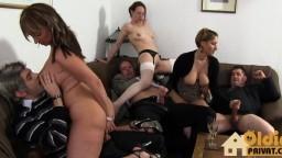 Partouze entre des échangistes allemands lors d'une soirée arrosée - Vidéo porno hd - #09