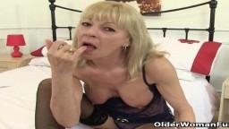 La grand-mère britannique Elaine Mac exhibe sa chatte vorace - Vidéo porno hd - #09