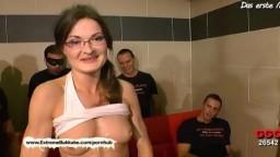 L'allemande à lunettes Manu est de retour pour un gangbang avec bukkake - Vidéo porno hd
