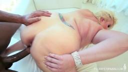 La levrette de la grosse blonde Zoey Andrews avec un black - Vidéo x hd