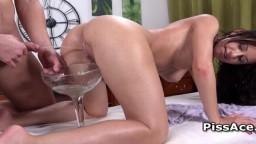 Un mec pisse et éjacule dans la bouche d'une chaude brunette - Vidéo porno hd