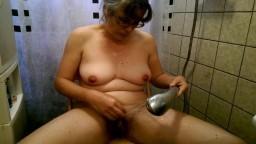 La douche de l'hollandaise Alexandra qui s'excite avec le jet d'eau - Vidéo porno hd