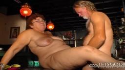 Un couple de vieux allemands cochons copulent dans un bar - Film x hd