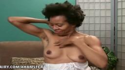 Une femme mature black poilue montre toutes les parties de son corps - Film porno hd