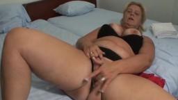 Une grosse femme mature hollandaise jouit en se faisant doigter et prend une éjaculation faciale - Vidéo porno hd
