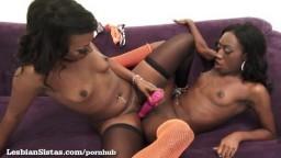 Les superbes lesbiennes blacks Skyler Nicole et Monica Rae se donnent du plaisir mutuellement - Vidéo x hd