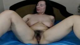 Une ukrainienne avec des gros seins et à la chatte poilue se montre à la webcam - Film porno hd