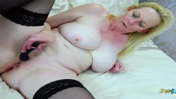 La mature blonde britannique se masturbe en solo avec un sextoy - Vidéo porno hd