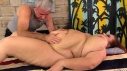 Un vieux masseur donne du plaisir à la grosse femme mature Lady Lynn - Film x hd