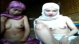 Deux jeunes malaisiennes musulmanes voilées montrent leurs petits nichons - Film x