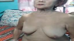 Cette grand-mère philippine montre son corps de vieille femme à la webcam - Vidéo x hd