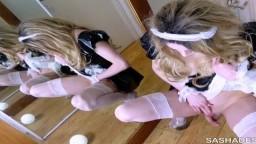 Le travesti femme de ménage britannique Sasha de Sade éjacule sur un miroir - Film x hd