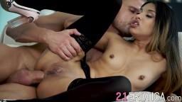 La jeune beauté russe Roxy Lips se fait sodomiser son petit trou du cul serré - Vidéo porno hd