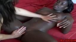 Le fisting d'une lesbienne africaine par une femme blanche - Film x