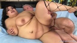 Un vieux encule la grosse femme latine Bella Bangz - Film porno hd