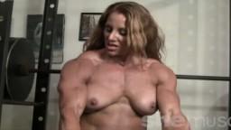 La championne de bodybuilding Lindsay Mulinazzi est en topless en pleine séance de musculation des biceps