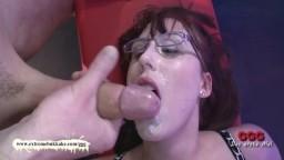 Le gangbang avec bukkake de la binoclarde allemande Fiona - Vidéo porno hd