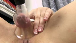 La jeune russe Alessandra Jane pompe les grosses lèvres de sa chatte - Vidéo porno hd