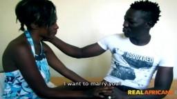 Ce noir promet le mariage à une africaine pour pouvoir la baiser - Vidéo x hd