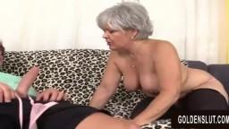 La grand-mère aux cheveux gris Kelly Leigh baise comme si elle avait 20 ans de moins - Film x hd
