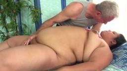 Le massage avec un vibromasseur de la grosse latine Lorelai Givemore - Film porno hd