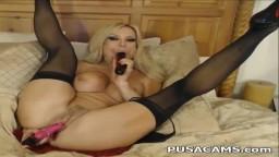 Une milf musclée à gros seins se gode les deux trous à la webcam - Vidéo x hd