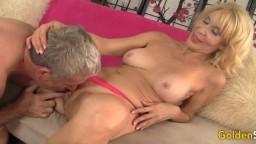 Erica Lauren est une mamie de 65 ans qui est encore bonne à baiser - Film porno hd