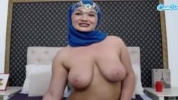 Une milf arabe voilée montre ses gros seins à la webcam - Vidéo x hd