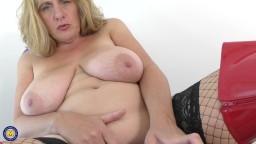 La mature britannique avec des gros seins naturels Camilla Creampie aime le sexe cochon - Vidéo x hd