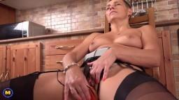 Une femme mature aux cheveux courts s'enfile un sextoy dans la moule - Vidéo porno hd