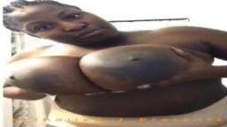 Une grosse africaine joue avec ses énormes mamelles - Vidéo porno