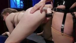 Maya Kendrick punie et enculée par la dominatrice lesbienne Mona Wales - Vidéo porno hd