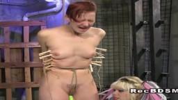 La lesbienne rousse Ava torturée dans un bdsm avec la dominatrice Goddess Starla -