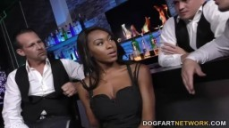 La black Nadia Jay prise en gangbang au bar d'un club - Vidéo porno hd